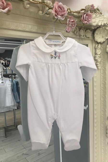 Laranjinha white flower embroidered baby grow